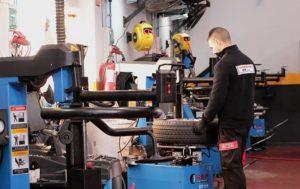 Operario trabajando en la reparación de una rueda