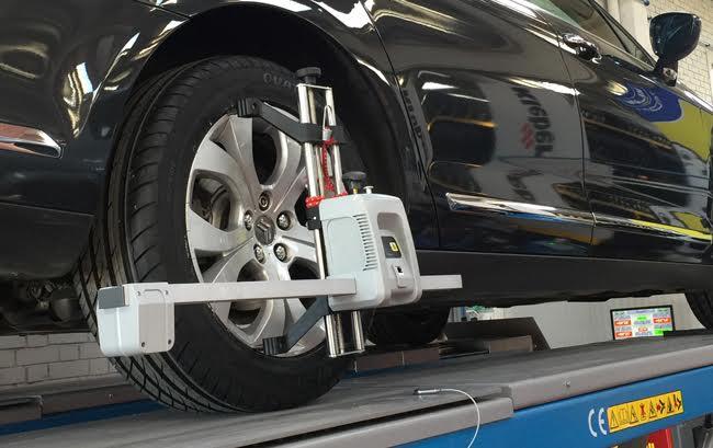 Fotografía plano detalle alineado de un coche