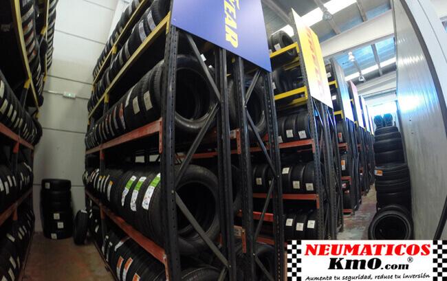 Interior almacén km0 neumáticos separados por marcas