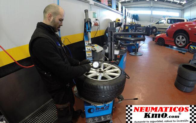 Trabajador inflando una rueda