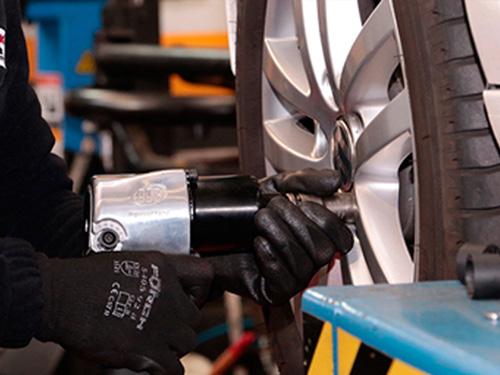 Detalle del montaje de un neumático