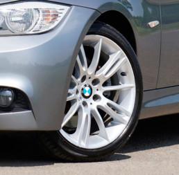 Fotografía coche con neumáticos goodyear primer plano