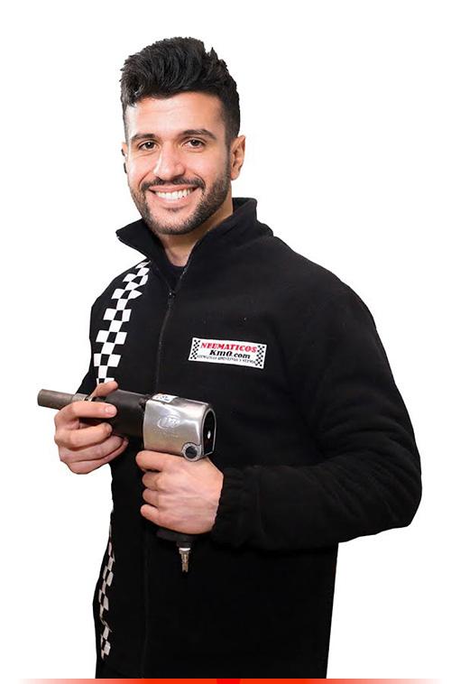 Fotografía mecánico hombre con uniforme de empresa y pistola de impacto