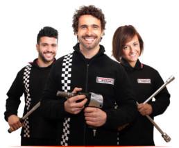 Fotografía 3 mecánicos empresa juntos sobre fondo blanco