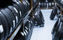 Serie de neumáticos nuevos al interior de almacén