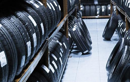Sucesión de neumáticos nuevos en almacén
