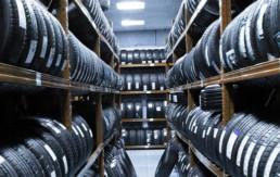 Interior almacén de neumáticos nuevos varios neumáticos