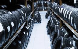 Almacén con neumáticos nuevos