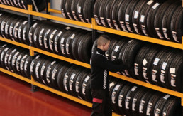 Expositor de neumáticos nuevos en taller marca desconocida
