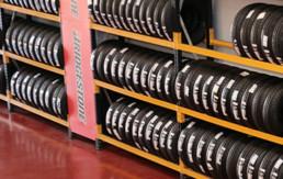 Expositor Neumáticos nuevos marca Bridgestone en taller