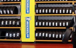 Expositor de neumáticos nuevos marca Michelin