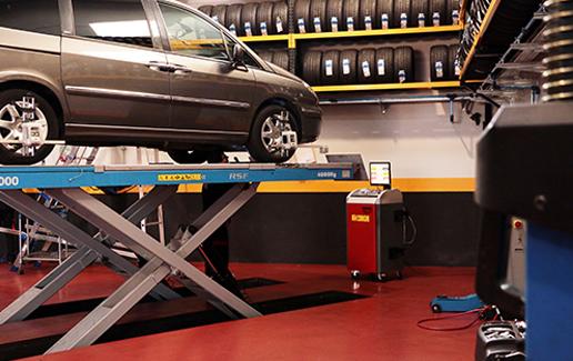 Automóvil en labores de mantenimiento y paralelo