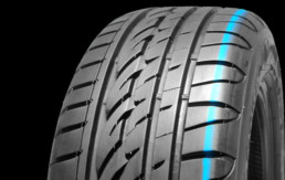 Fotografía banda de rodadura de un neumático en posición vertical con fondo negro