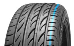 Primer plano banda de rodadura de un neumático en posición vertical fondo blanco