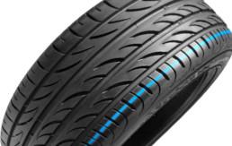 Fotografía de un neumático de marca desconocida en posición transversal