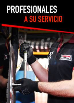 Fotografía de brazos y torso de un trabajador manipulando un neumático con llave dinamométrica. Letrero central con la frase Profesionales a su servicio