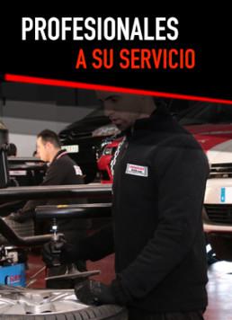 Fotografía de mecánico en primer plano con el rótulo Profesionales a su servicio