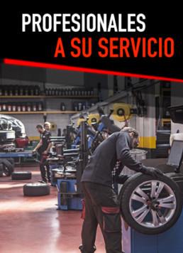 Fotografía de tres profesionales trabajando al interior del taller de neumáticos nuevos