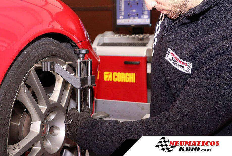 Montador de neumáticos en uno de nuestros talleres