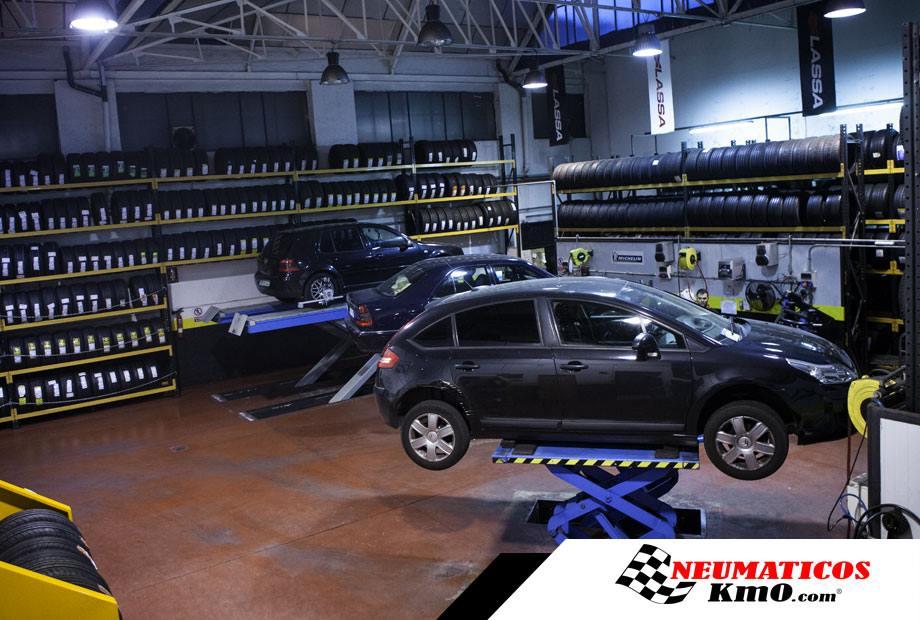 Interior de taller de neumáticos
